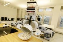 """Noch macht PR2 Popcorn. Doch an der Universität Bremen erforschen Robotiker wie """"Personal Robots"""" leichte Aufgaben im Alltag sicher und zuverlässig übernehmen können / Foto: Pressedienst Bremen"""