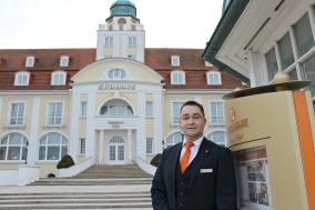 Daniel Morawek, Travel Charme Kurhaus Binz, Schichtleiter Empfang (Foto: Travel Charme)