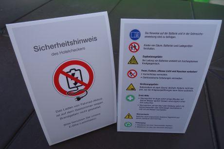 Sicherheitshinweise für Radtouristen: Lassen Sie Ihre Akkus von E-Bikes an der Rezeption aufladen - im Zimmer herrscht Brandgefahr - Der Aufsteller für die Rezeption ist bei uns als Druckvorlage kostenfrei abrufbar, E-Mail genügt: ch@hotelier-tv.com (Foto: Ulrich Jander)