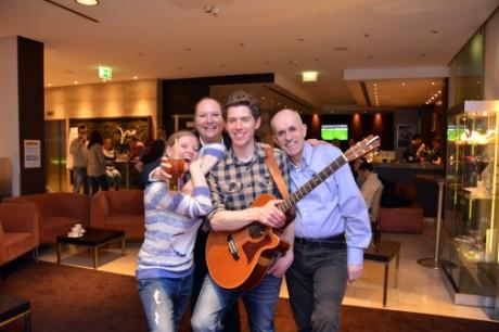 Songwriter Will Robert (links) trat beim ersten Sofa-Konzert im Mercure Hotel Hannover-Mitte auf – zur Freude von Restaurantleiterin Lilli Mihatsch (l.), Reservierungsleiterin Nadine Wittmer und Hoteldirektor Serge Caurant