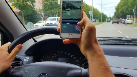 Pokémon Go – kein Spiel für den Straßenverkehr - ADAC warnt vor der Gefahr durch Ablenkung bei neuem Handyspiel - Eltern sollten Spiel mit Kindern ausprobieren (Foto: ADAC)0