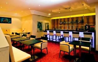 Fügt sich harmonisch ins gesamte Hotel Bild: Lobby mit Bar