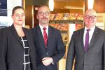 Thomas Liedl (rechts) ist neuer Direktor des Maritim Strandhotel Travemünde. Es gratulieren Maritim Regionaldirektorin Claudia Damsch-Oepping und der ehemalige langjährige Direktor Oliver Gut. (Foto: Maritim)