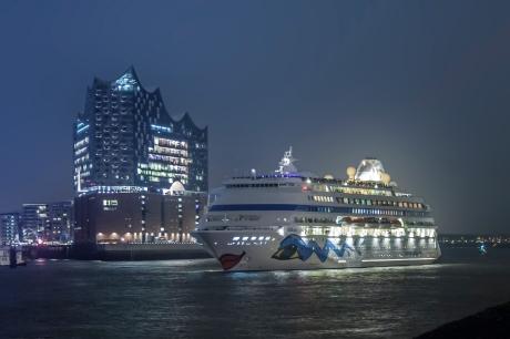 Kreuzfahrtschiff Aida Cara vor Elbphilgharmonie Hamburg